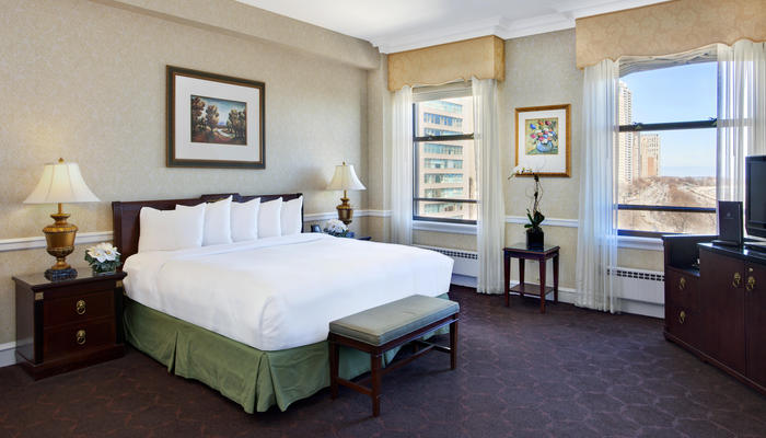 Deluxe guest rooms the drake hotel chicago for Drake hotel decor
